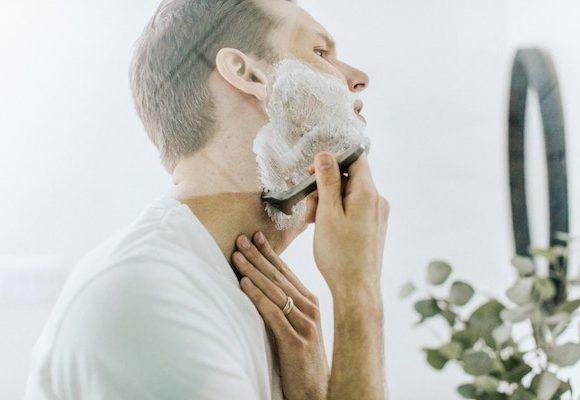 Come prevenire le irritazioni della pelle dopo la rasatura.