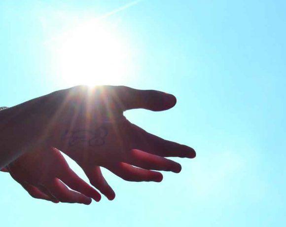 È vero che il sole migliora i sintomi della psoriasi? Scopri di più
