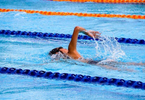 Come proteggere la pelle dal cloro in piscina.