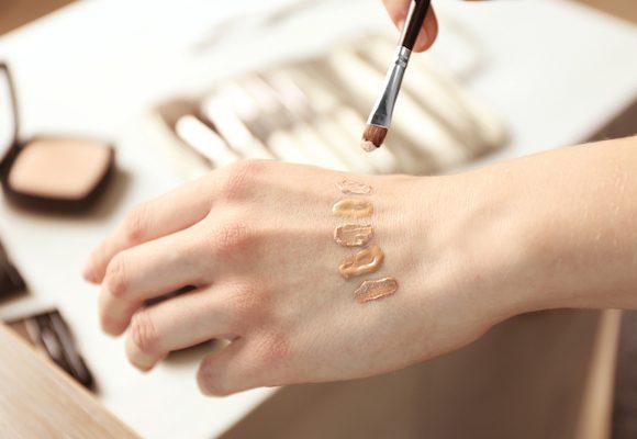 Consigli e istruzioni per trovare il fondotinta per pelle secca adatto a te.