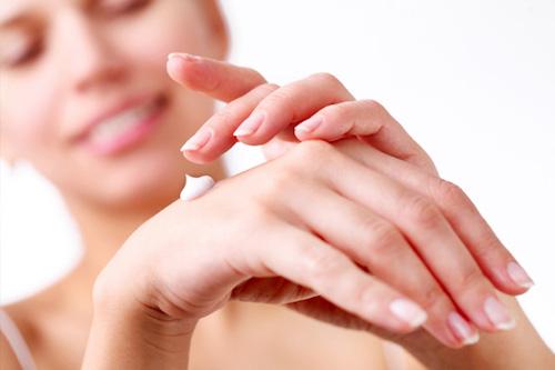 Come applicare la crema mani riparatrice per proteggere le tue mani in inverno.