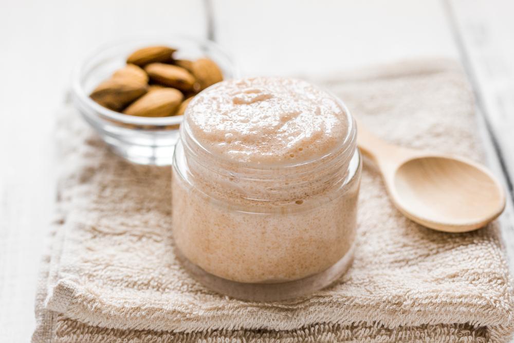 Uno scrub preparato con yogurt bianco e mandorle è utile per eliminare la pelle morta di viso e corpo