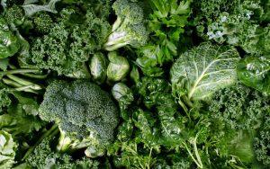 Le verdure con foglia verde sono ricche di vitamina K.