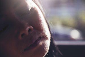 Peli sul viso della donna: come eliminare la causa che li provoca