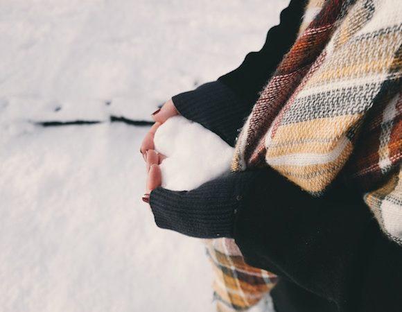 come prevenire mani fredde e screpolate