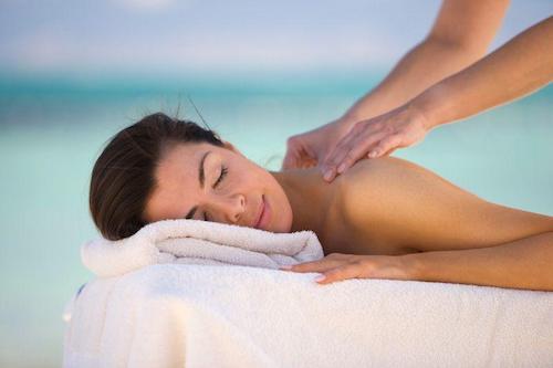 Un massaggio prima delle vacanze al mare per una pelle rigenerata e pronta all'abbronzatura.