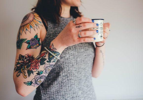 Come rimuovere i tatuaggi: i trattamenti con laser.