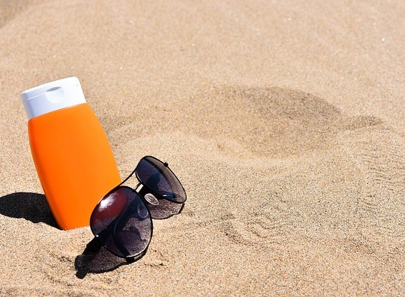 Come individuare la scadenza delle creme solari e smaltire correttamente quelle dell'anno precedente