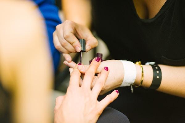 Smalto semipermanente unghie ci sono controindicazioni?
