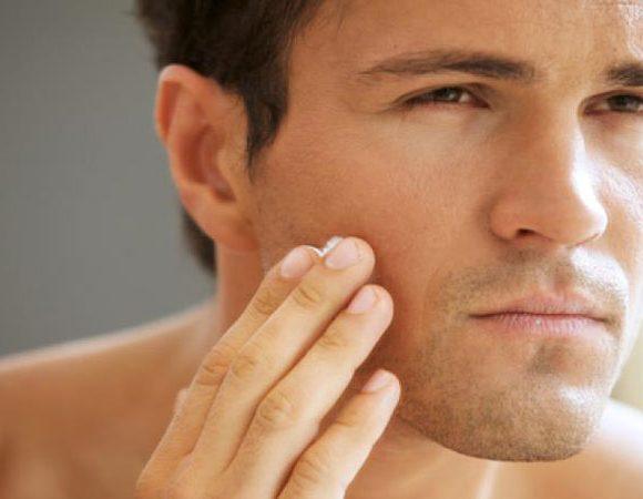 Lo scrub viso per uomo: perché è utile almeno una volta alla settimana.