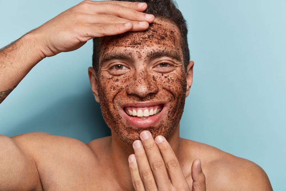 Tra le formulazioni migliori per gli scrub viso per l'uomo vi sono quelle con sale o caffè.