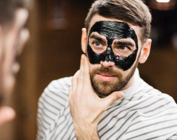 Anche la pelle dell'uomo ha bisogno di cure e sempre più spesso sono i barbieri a offrire questo tipo di cure