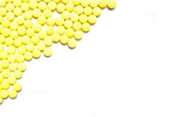 Esistono integratori per acne in grado di attenuare brufoli e punti neri? Risponde il dematologo Antonino Di Pietro