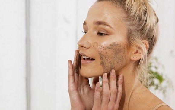 Come scegliere lo scrub per il viso più adatto al tipo di pelle.