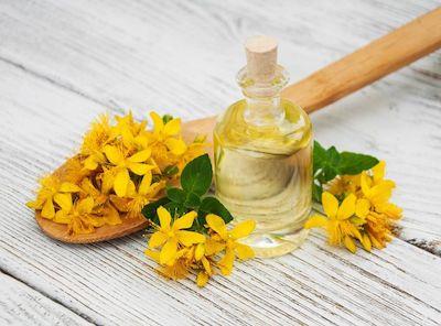 Olio di iperico: i benefici per la pelle