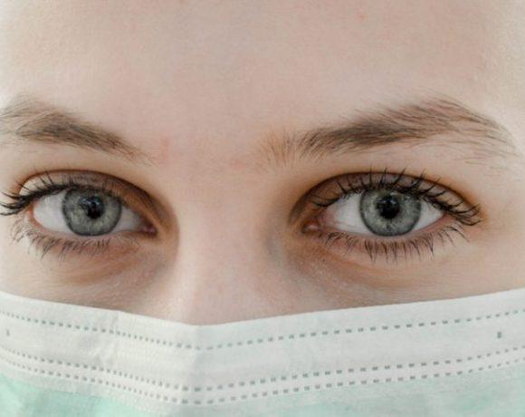 I consigli del dermatologo per applicare correttamente la mascherina chirurgica